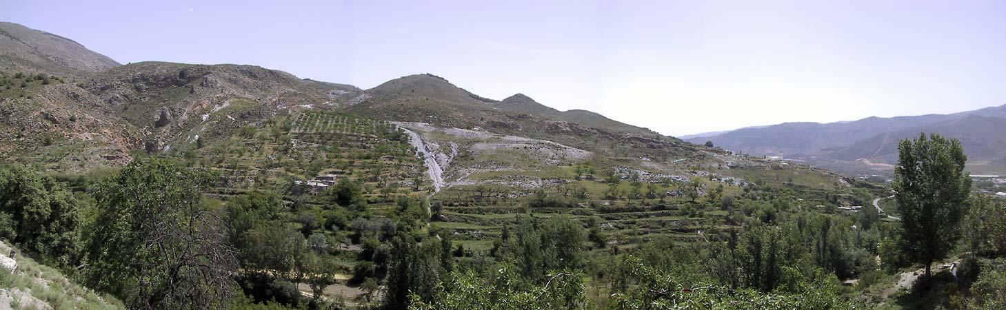 Uitzicht op vrij groene bergen, waar mogelijk in terrassen ingedeeld