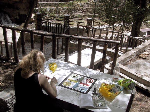 Sylvia schrijvend met water, trappen en terrassen daarachter