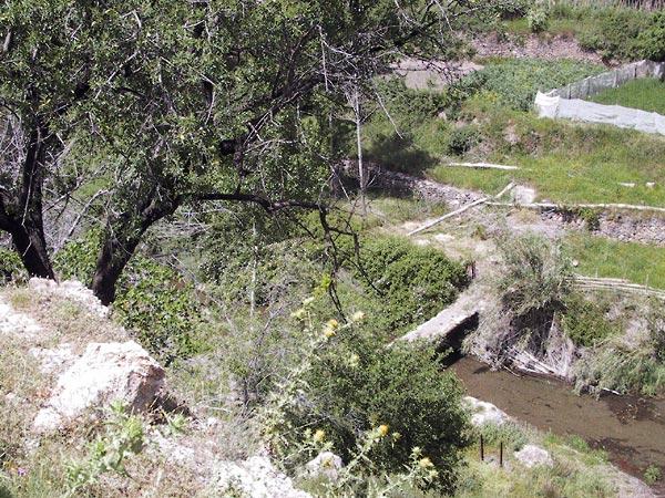 Witte rotsen, steeneik, groente op terras, en een riviertje daar tussendoor