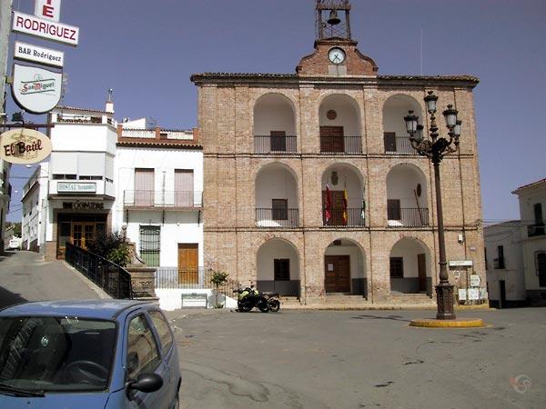 Plaza mayor met ayuntamiento en de motoren er voor