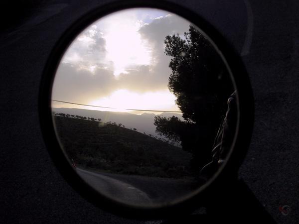Spiegel van de motor met lila avondlucht