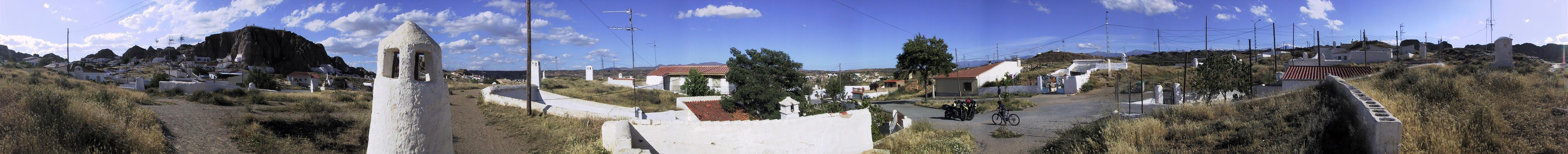 Overal heuvels met witte ronde schoorsteentjes, en grotwoningen met witte muurtjes en witte ingangen