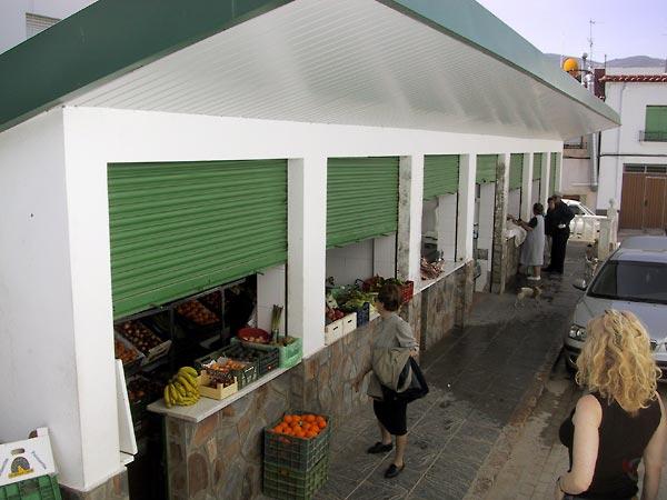 Overdekte marktkramen met fruit en groenten