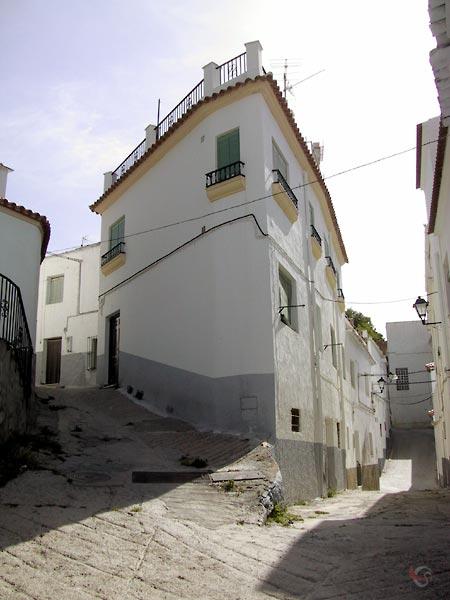 Witte huizen en steegjes met trappen