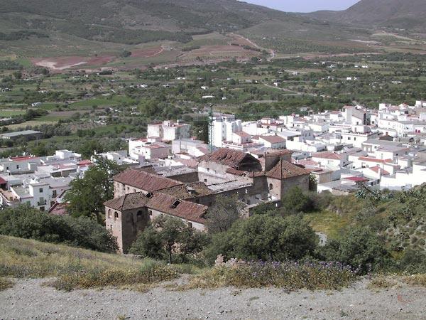 Het klooster met kapot dak bovenaan het witte stadje