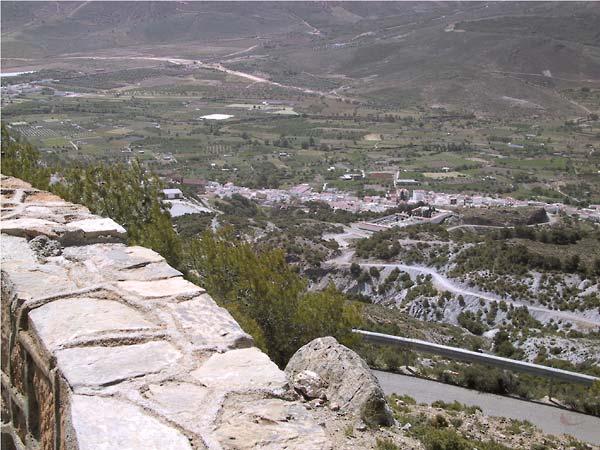 Beneden, bijna in het groene dal, de witte huizen van Laujar de Andarax