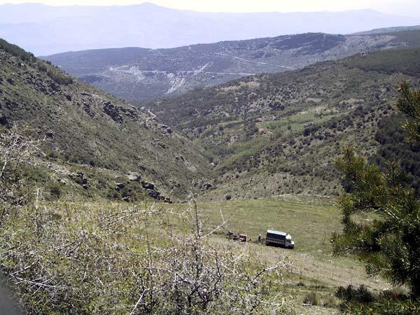 Auto op stuk grasland, hoog in de bergen