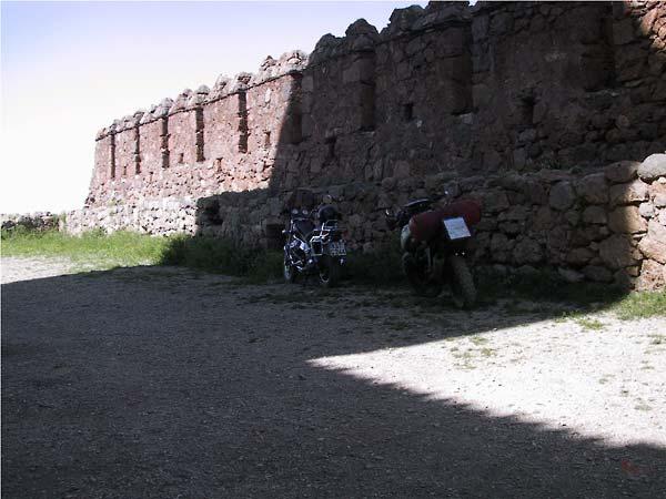 De R3B en een sjopper geparkeerd naast de muur met kantelen