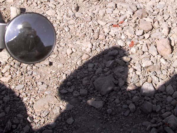 Restjes van richtingaanwijzers tussen de stenen