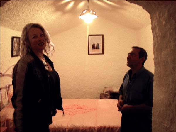 Sylvia en de eigenaar van de grot