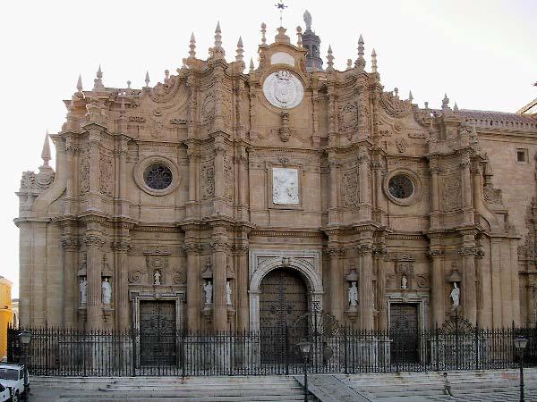 gevel van kathedraal met overal versieringen in steen