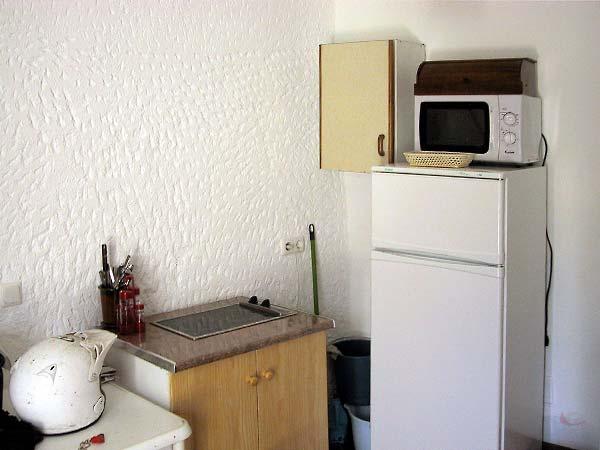 Keukentje met kookplaat, koelkast en magnetron