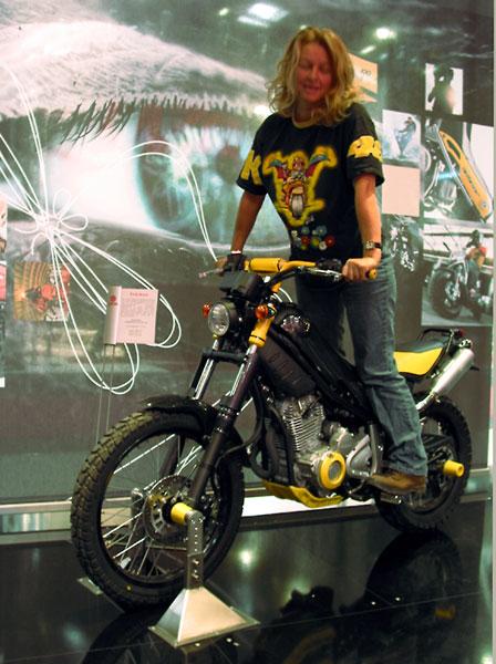 Sylvia staande op de Yamaha Tricker