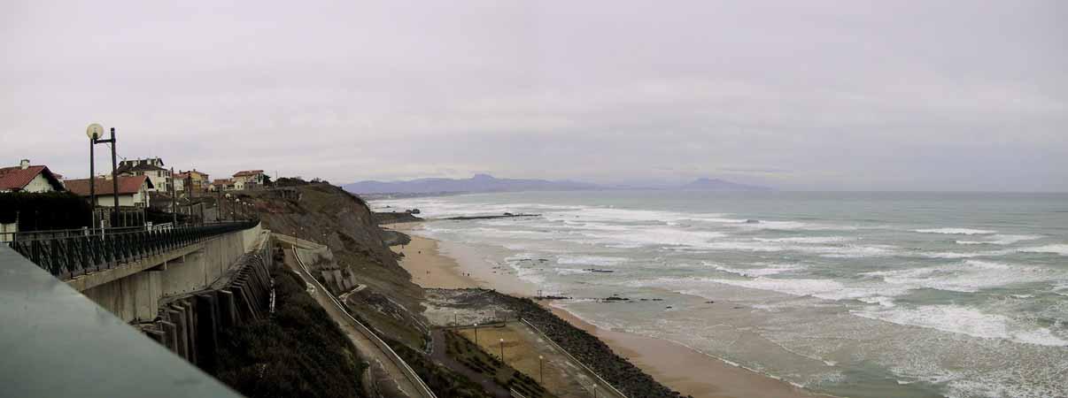 Strand, zee, en hoog daarboven de Baskische huizen van Biarritz