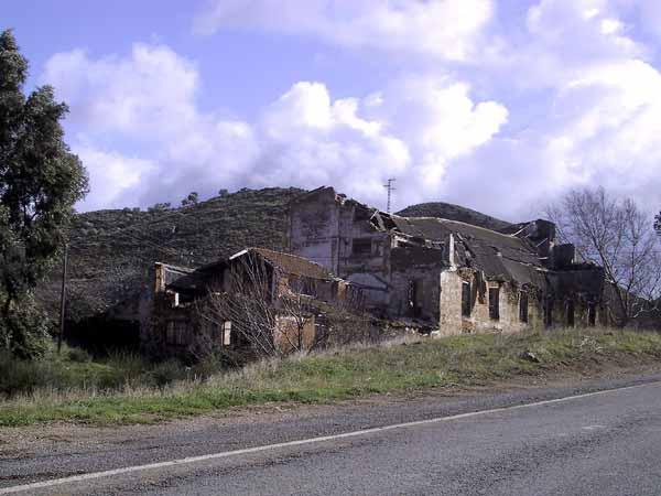 Ruine langs de kant van de weg