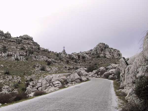 Witte rotsblokken met een weg er tussendoor