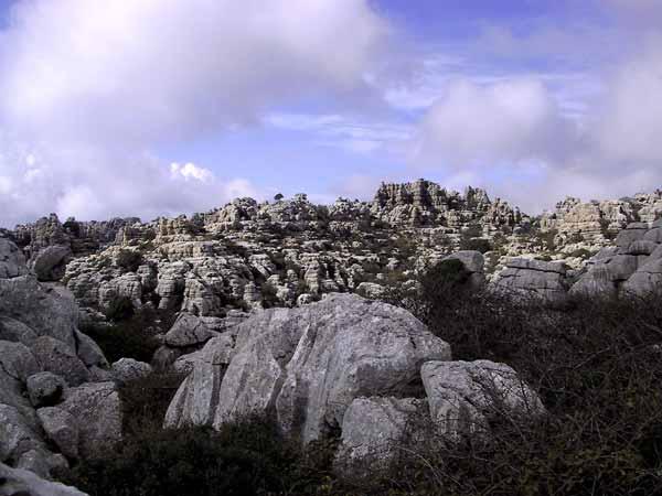 Wit landschap van gegroefde rotsen
