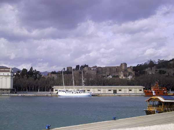 Moors kasteel met een voorgrond van een schip in de baai