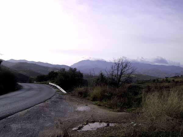 plassen nast de weg, berglandschap