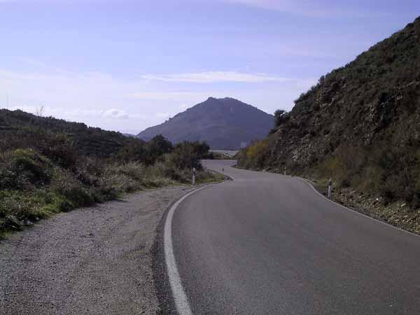 Weg met bochten door de bergen