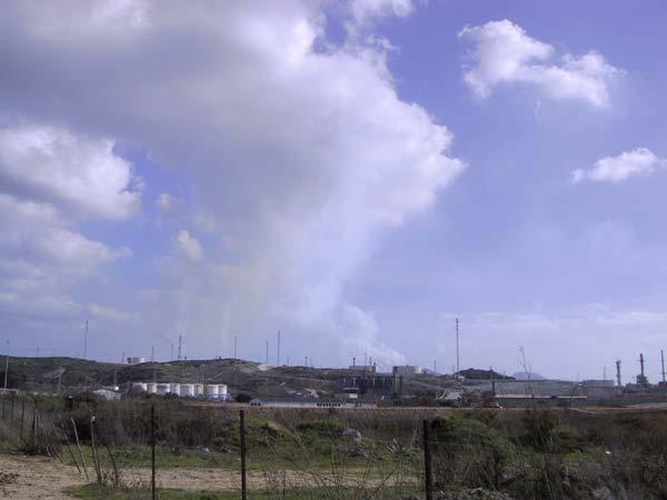Industriegebied: schoorstenen met rook