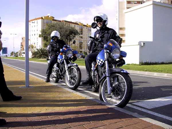 Twee politieagenten op een blauwe SLR