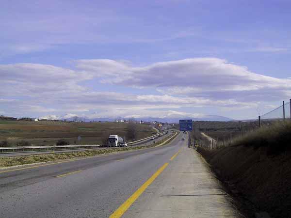 De snelweg met in de verte de witbesneeuwde bergen van de Sierra Nevada