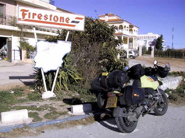 Firestone reclame bij benzinepomp