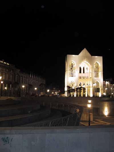 Donker plein met verlichte kerkvormige tent