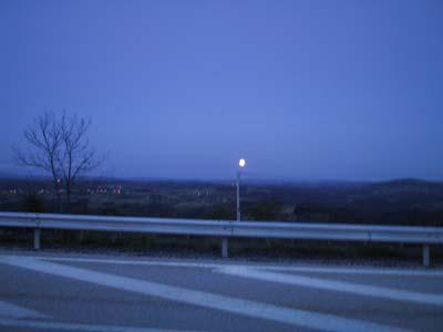 Donkere lucht met kleine maan vlak boven de horizon