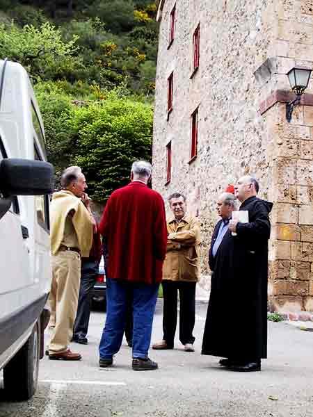 Priester praat met mensen
