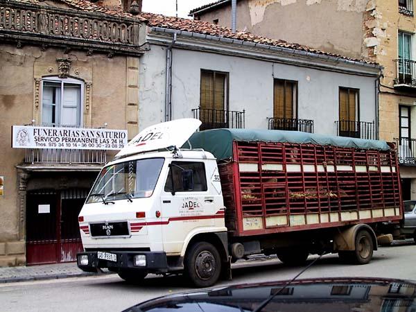 Vrachtwagen met schapen voor een Funerario