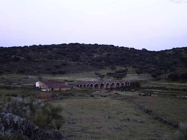 Oude brug over tamelijk droge rivier