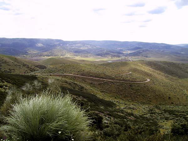 Lage bergen en een weggetje slingert er doorheen