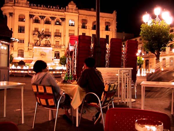 Zicht van twee toeristen wordt belemmerd door enorme stapels stoelen