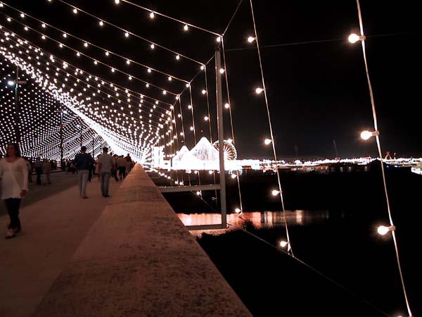 Voetgangersbrug met lichtjes