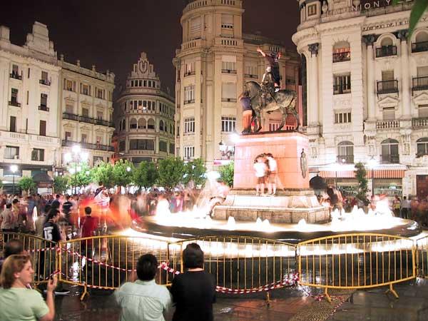 Standbeeld in fontein, met jongens er bovenop