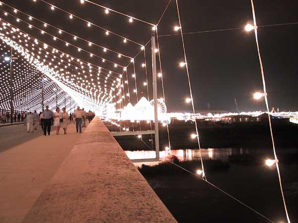 Voetgangersbrug, met lampjes verlicht