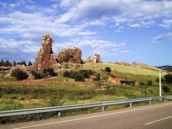 Blauwe lucht en ruine-achtige rotsen