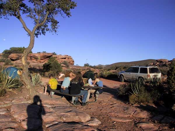 Schaduw van fotograaf, picknicktafel met familie